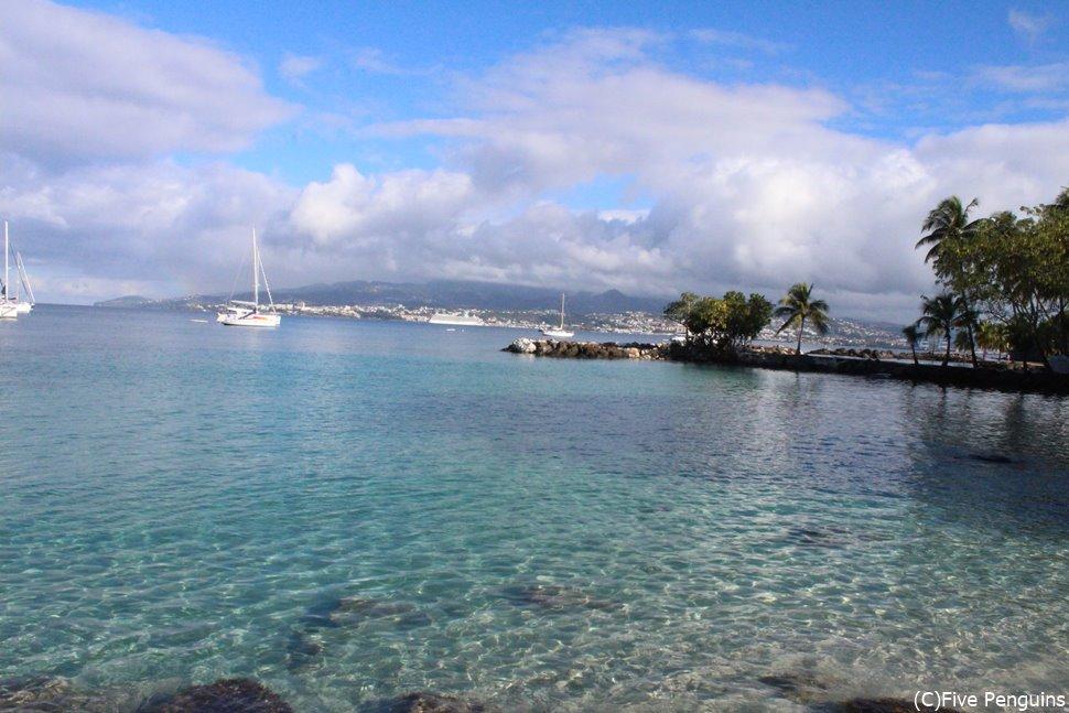 透き通るような青い海が美しい