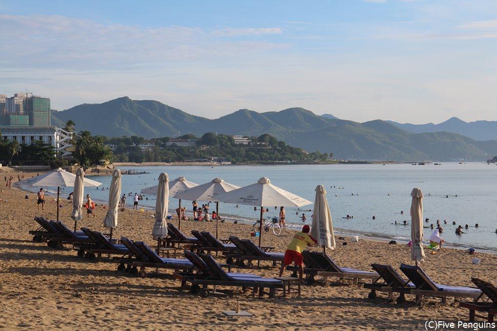 ニャチャンビーチの朝 白いパラソルがかわいい