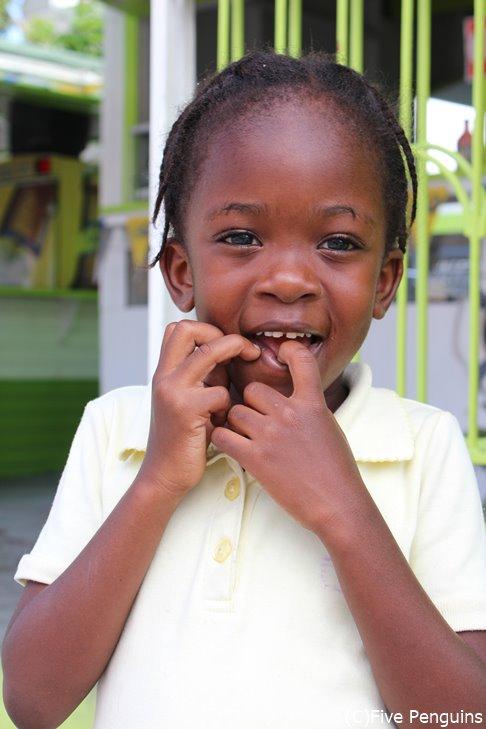 首都バセテールで出会った子供 笑顔が愛おしい