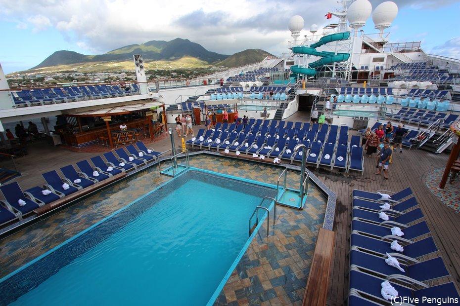 海に浮かぶ動く楽園巨大客船はプールやスライダー