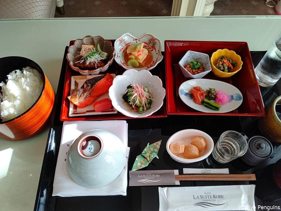 豪華な和朝食がお部屋に運ばれてきました