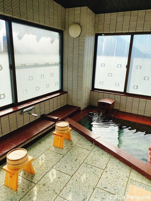 自家源泉の湯が引かれた室内風呂