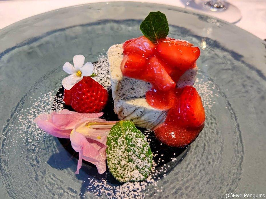 苺と黒ゴマのセミフレッド。程よい甘さが美味。