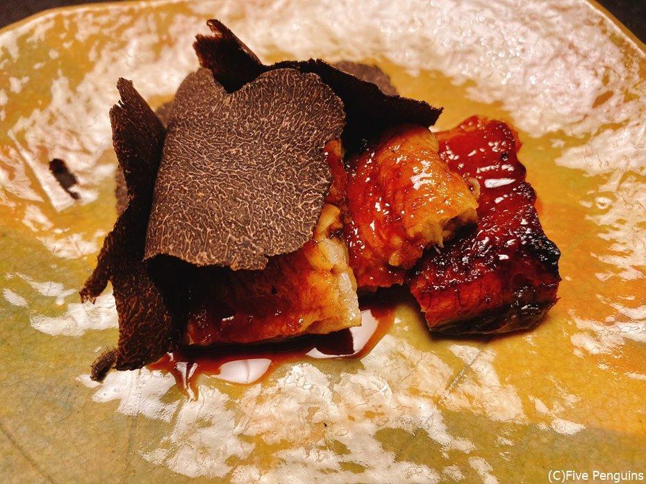 鰻の蒲焼きにたっぷりの黒トリュフをのせた贅沢な一皿