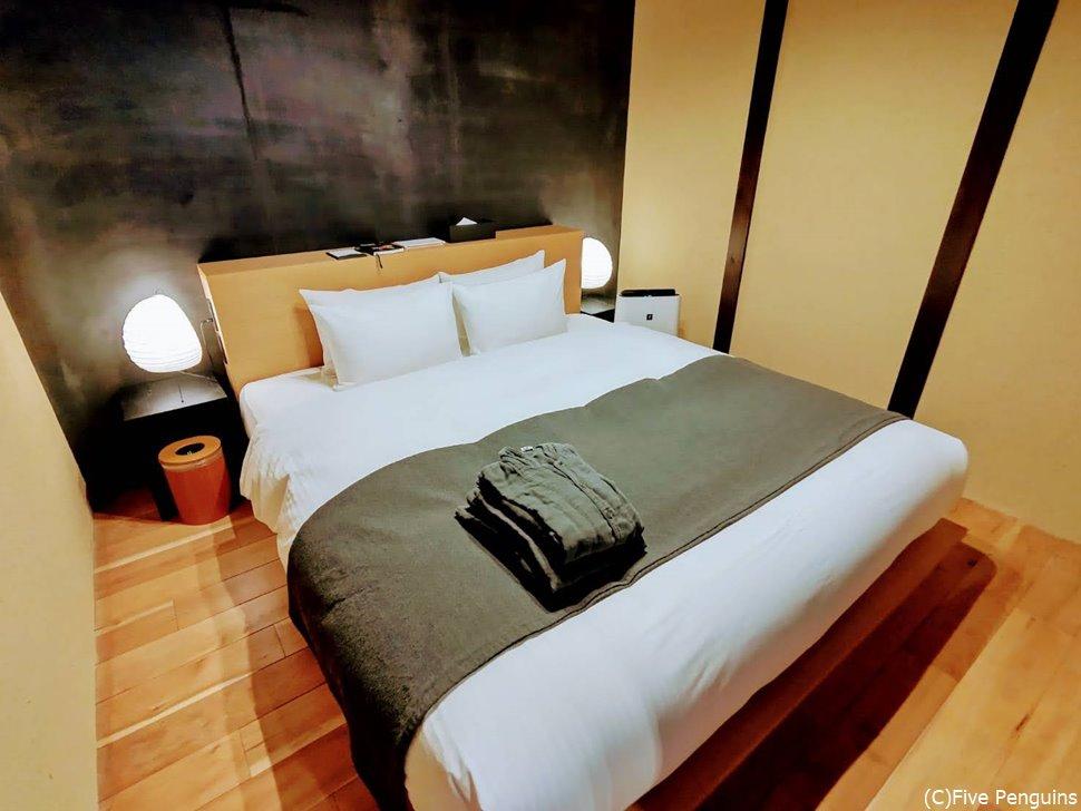 京都風の古い建物ですがベッドスタイル。