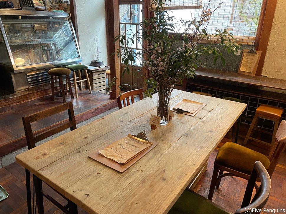 シンプルで落ち着いた雰囲気の店内(ビリヤニ食堂)
