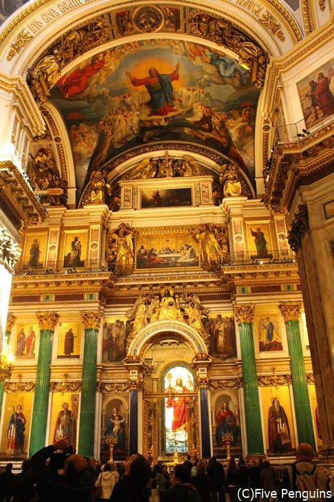 荘厳な雰囲気のイサク大聖堂(サンクトペテルブルク)