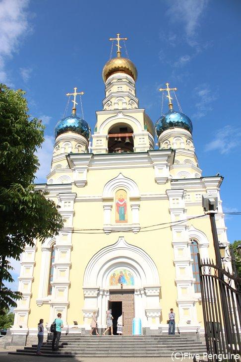 金色と水色の玉ねぎドームが目印ポクロフスキー聖堂