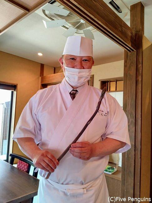 大将の立花秀明氏が牛尾菜(しおで)を持って登場