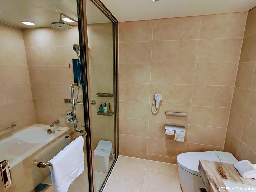 レインシャワーもある、洗い場付きで便利なバスルーム