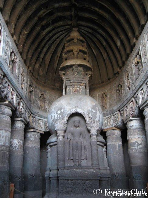 後期チャイティヤ窟である第19窟のストゥーパは複雑