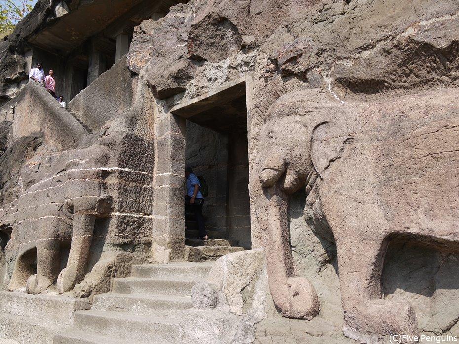 2体の象がかたどられた第16窟の入り口