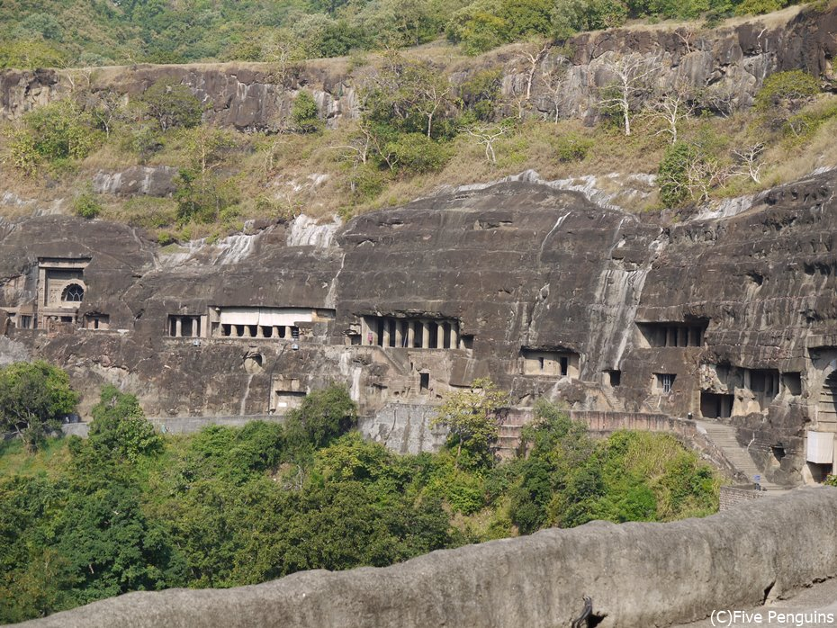 頑丈そうな岩を神殿のようにくり抜いた寺院群