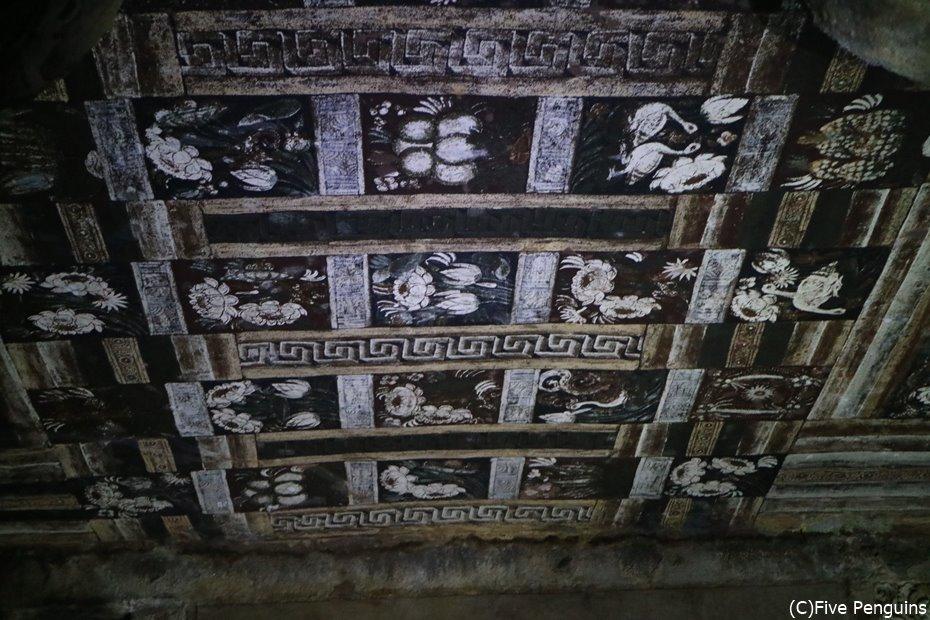 動植物が並べられた天井画がくっきりと残っている
