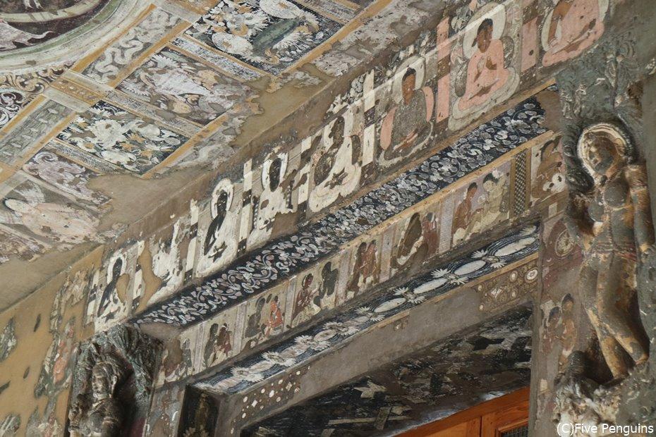 天井まで隙間なく細かな壁画が残る第17窟