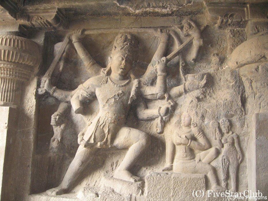 躍動感のあるシヴァ神の彫刻が印象的なヒンドゥー教窟