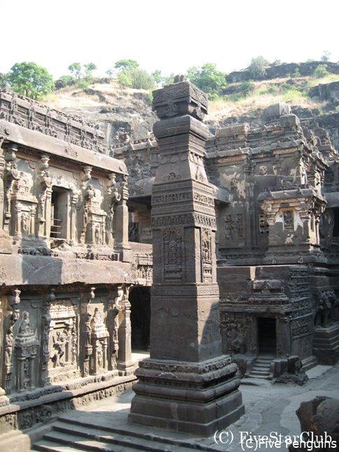 中庭に建つスタンバ(石柱)は高さ約17メートル