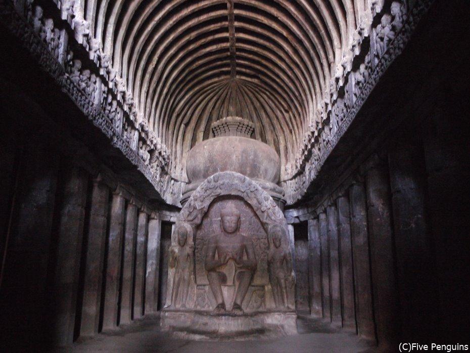 ストゥーパを威圧するような仏像の圧倒的存在感