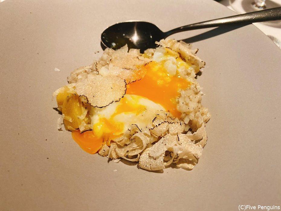 サマートリュフのリゾット。卵との相性も抜群。