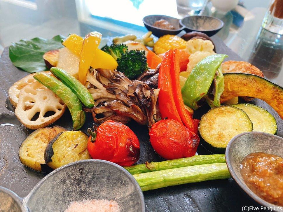 温野菜の盛り合わせ。量多めなのでシェア向けです