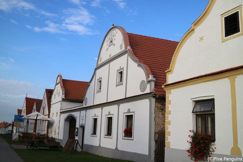 素朴でかわいらしいモチーフの家々が並びます。