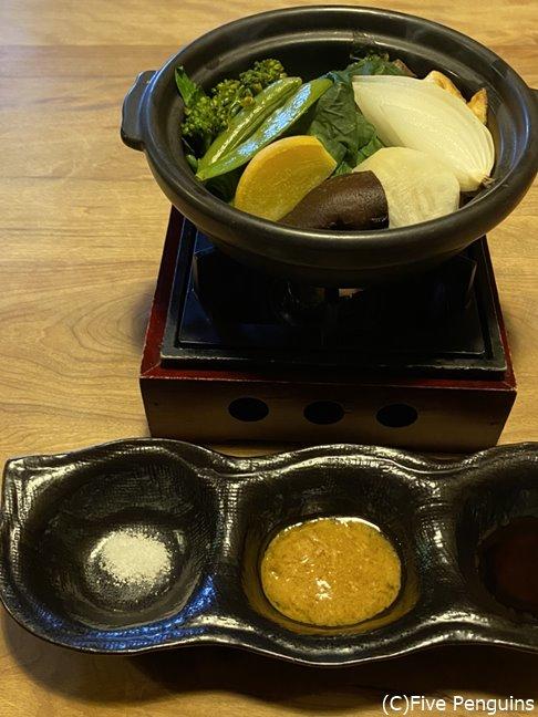 ポン酢と味噌ドレッシング、塩で食べるメインの野菜