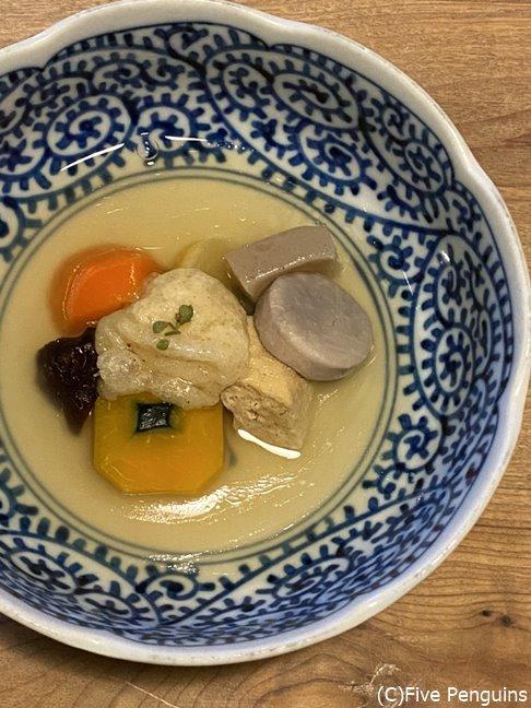 揚げた粟餅の入った季節野菜の炊き合わせ