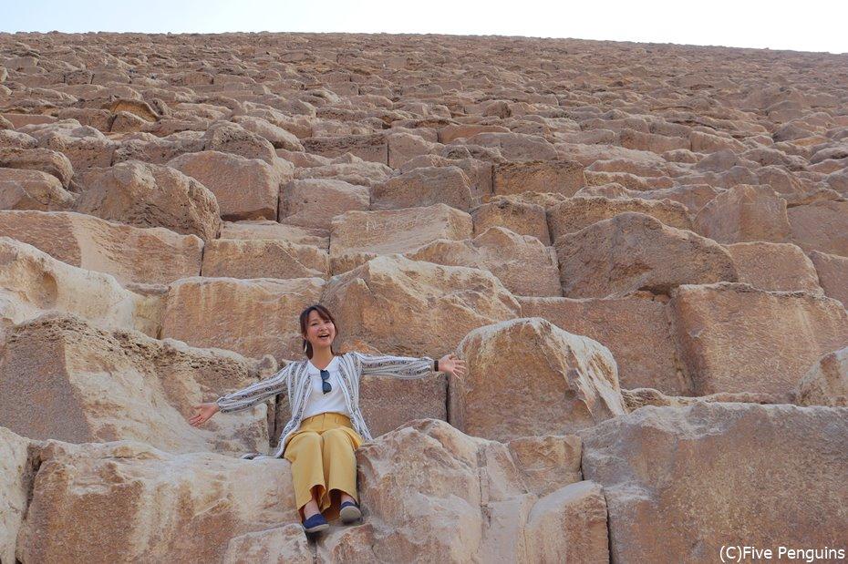 クフ王のピラミッド、一つの石はこんなに大きい!