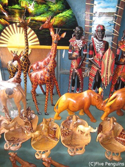 マーケットにはアフリカらしい木彫りのお土産物も