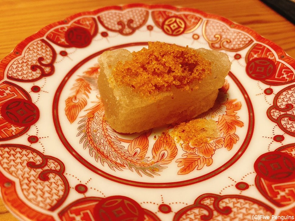 蕪のお餅にカラスミをかけた1品。食感も味も絶品