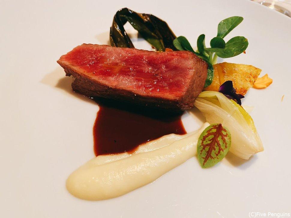 青森の健育牛のビステッカ、赤ワインソースとリンゴ