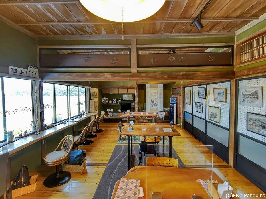 2階のカフェはレンタルギャラリーでもある