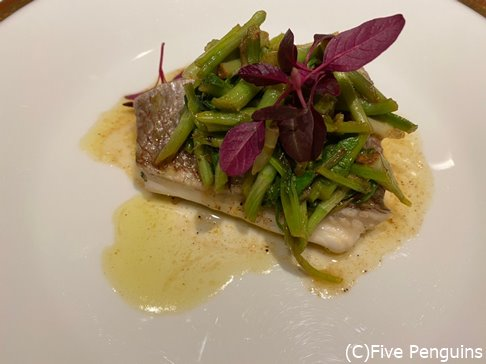 メインの白身魚のグリル。皮がカリカリで美味しい。