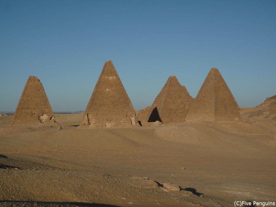 ジュベル・バルカル麓にあるピラミッド群<スーダン>