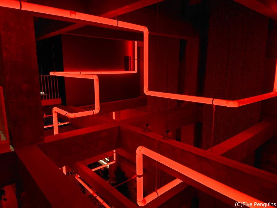 夜には天井部分にある水道管アートがカラフルに光る