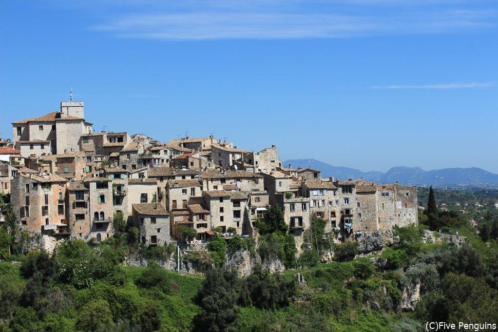 丘の急斜面に家々が張り付くように並ぶ