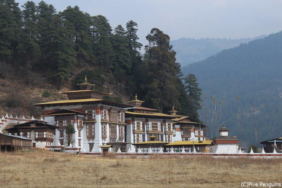 寺院の周囲を108の仏塔が囲んでいる クジェ・ラカン