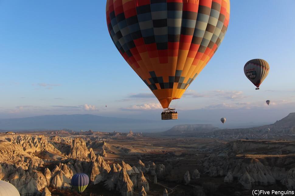 バルーン体験で有名なトルコ・カッパドキア。開放的な空の上なら、換気ばっちり(?)。