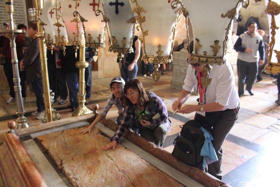 十字架から降ろされたイエスの聖骸に香油を塗ったとされる地。