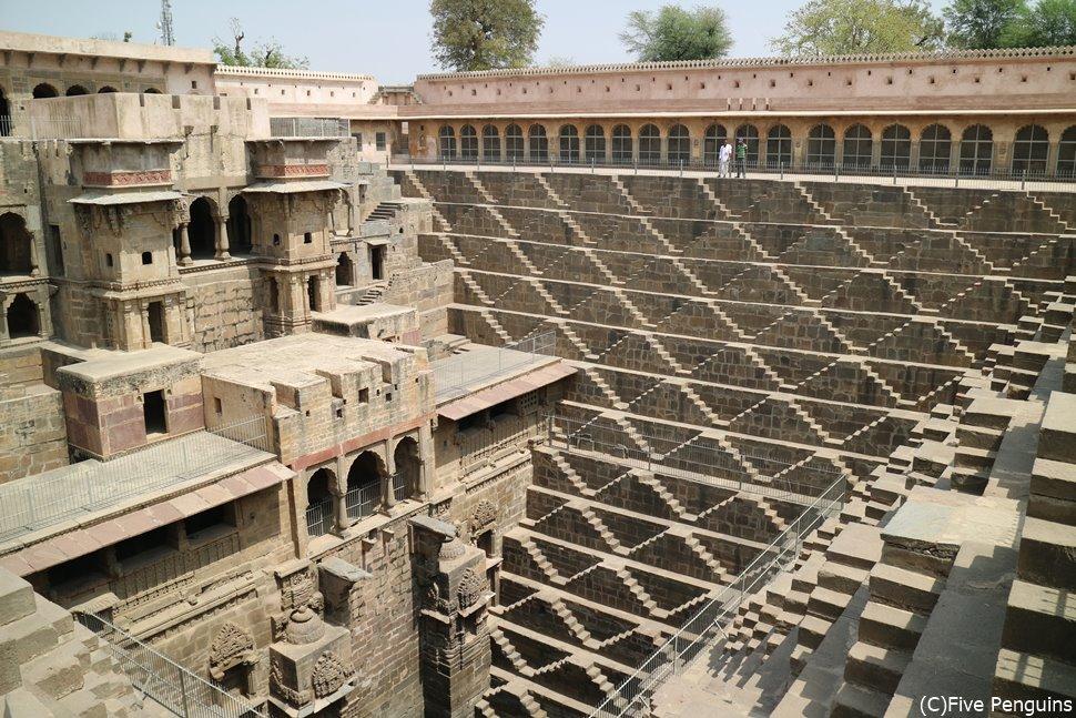 美しい幾何学模様の階段井戸(チャンドバオリ)