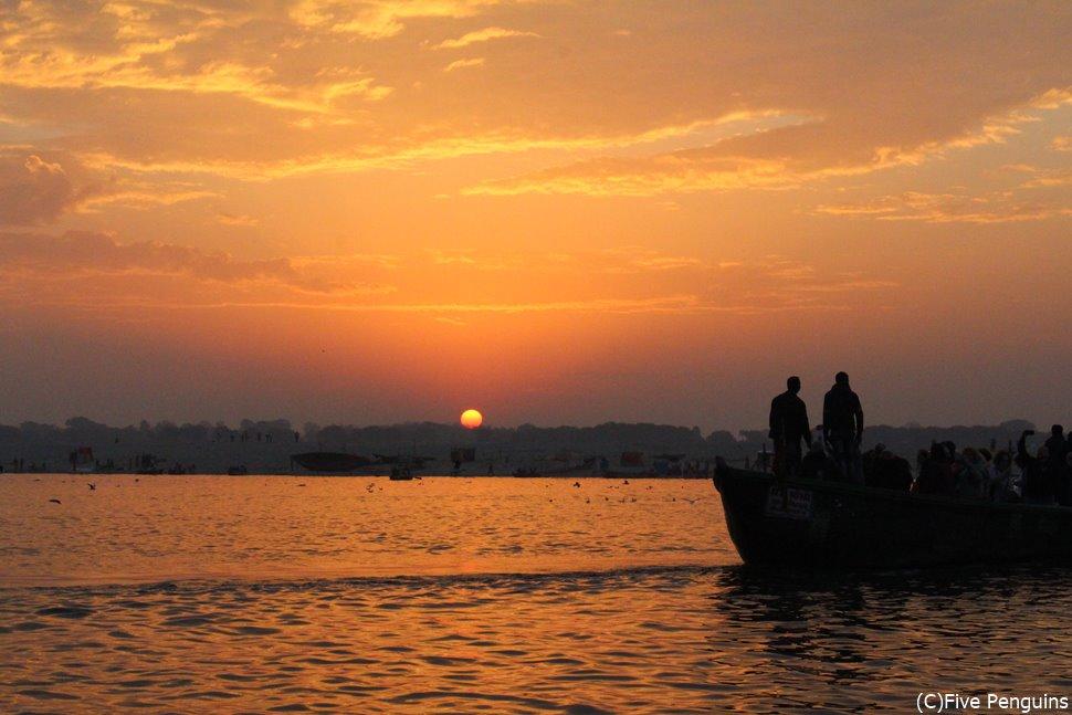 ガンジス川から見る日の出。世界中明けない夜はありません。
