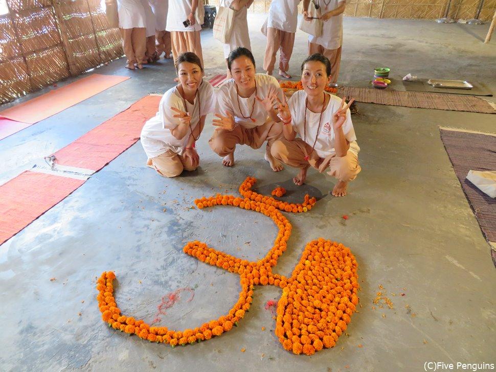お花で作られたオーム日本語では真言 ヨガのシンボルです