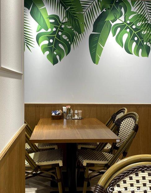 テーブル間の距離も適度にあって真ん中にある大きなテーブルは一つずつ空けて座らせてくれる