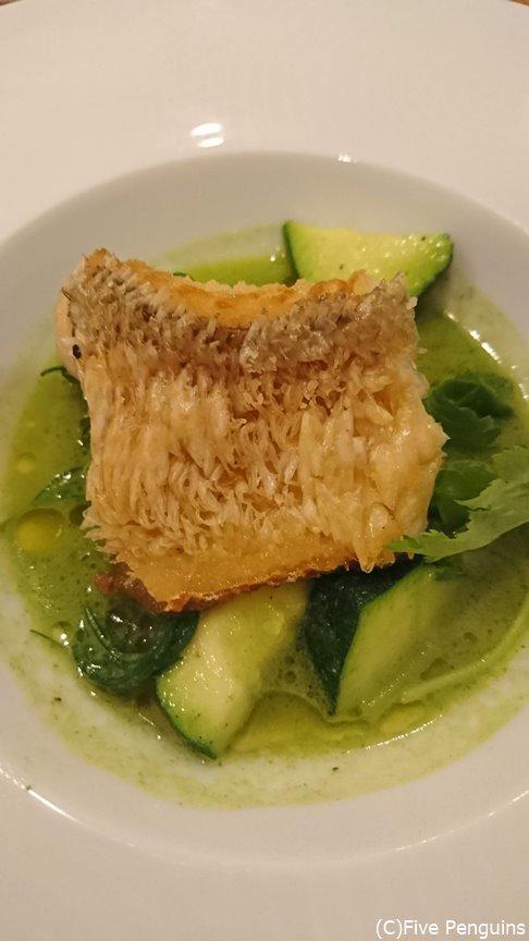 鱗がパリパリ、スープに浸されてないのが◎の甘鯛の松笠焼きのアクアパッツァ緑のスープ