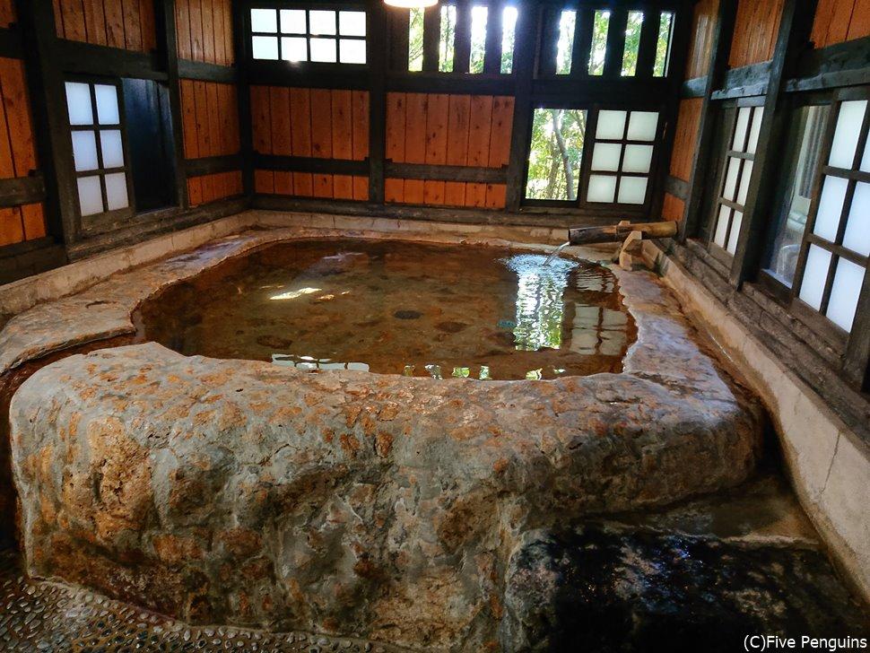名物のかぼちゃ風呂。ゴツゴツとしたオレンジ色の岩が確かにかぼちゃっぽい。