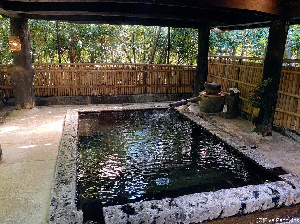 露天風呂はそこまで大きくありませんが木漏れ日が差して環境は抜群。
