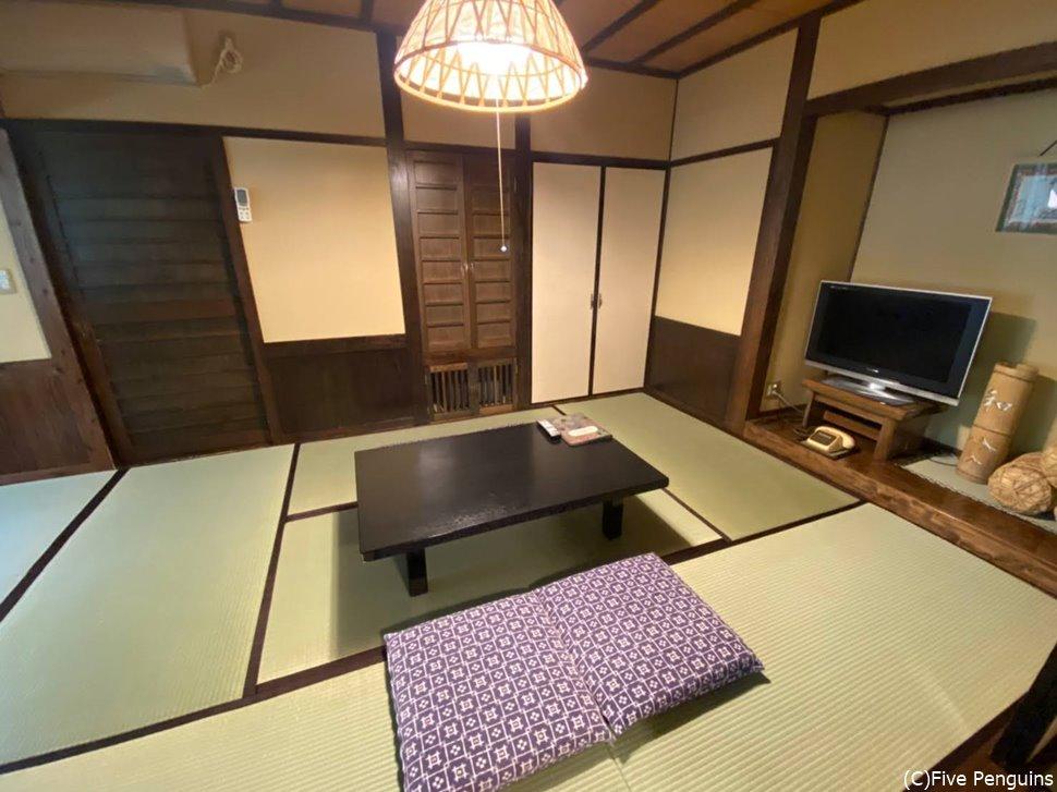 客室は余計なものがないシンプルなつくり。