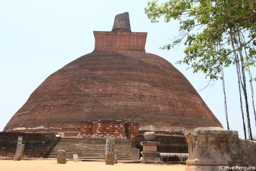 スリランカ三大仏塔のひとつ、アバヤギリ大塔(アヌラーダプラ)
