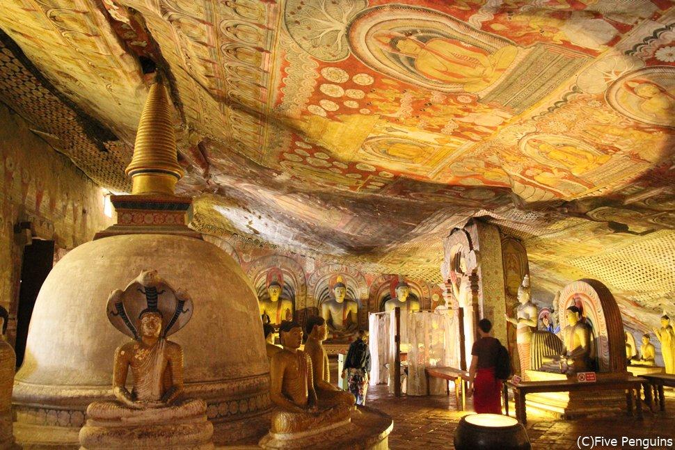 天上まで鮮やかな壁画が描かれたダンブラ石窟寺院
