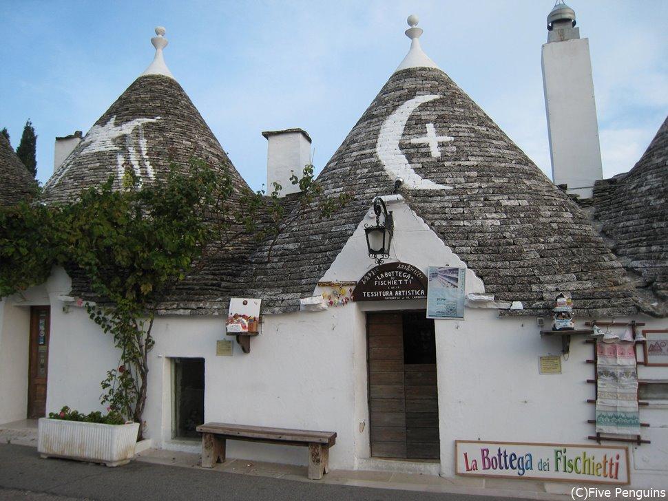 世界遺産のとんがり屋根が並ぶアルベロベッロのトゥルッリには宿泊も可能☆